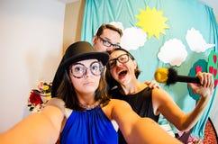 Lustiges Trio von den Schauspielern, die ein selfie nehmen lizenzfreie stockfotografie