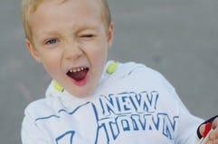 Lustiges und glückliches Kinderspiel in einem Drachen Sie werden in den weißen Sweatshirts und in den Hosen gekleidet Laufen auf  stockfotografie