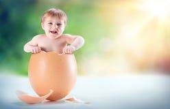 Lustiges und schönes Baby erscheinen in einem Ei lizenzfreie stockfotos