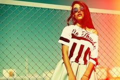 Lustiges verrücktes stilvolles vorbildliches Mädchen in der Straße im zufälligen Hippie-Sommerstoff Lizenzfreies Stockbild
