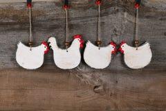Lustiges willkommenes weißes Hühnerhahn-Land-Häuschen-Küchen-Holz Lizenzfreies Stockbild