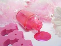 Lustrador de prego cor-de-rosa derramado e acessórios cor-de-rosa Fotografia de Stock Royalty Free
