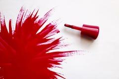 Lustrador de prego vermelho Explosão da cor Escova com verniz para as unhas vermelho com o grande ponto do verniz em um fundo bra foto de stock royalty free