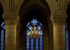 Lustre à l'intérieur de Notre Dame, Paris Photo stock