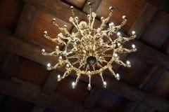 Lustre antique d'or sous le plafond d'un château reconstitué Photos libres de droits