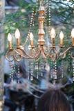 Lustre avec des lampes sous forme de bougies Photos libres de droits