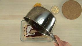 Lustre de chocolat mis dessus un gâteau banque de vidéos