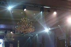Lustre de Chrystal, plafond avec le fond d'éclairage de pair avec c Photographie stock libre de droits