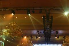 Lustre de Chrystal, plafond avec le fond d'éclairage de pair avec c Images stock