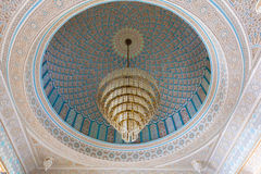 Lustre dentro de la mezquita magnífica en Kuwait Imagen de archivo libre de regalías