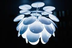 Lustre en cristal sur le fond abstrait Ton bleu doux Image stock