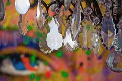 Lustre en plastique dans une salle colorée et par mode remplie photo libre de droits