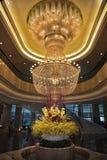 Lustre enorme magnífico en hotel Fotos de archivo