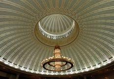 Lustre et plafond décoré Images libres de droits