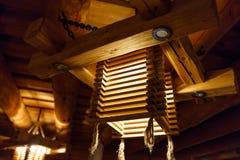 Lustre l?ger en bois ? un plafond Lettonie photo stock