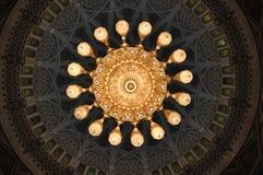 Lustre énorme dans la mosquée grande de Qaboos de sultan Photographie stock libre de droits