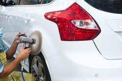 Lustre o carro após a pintura do branco do acidente do reparo Imagens de Stock