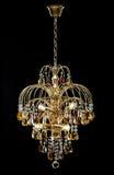 Lustre pour l'intérieur du salon lustre décoré des cristaux et ambre d'isolement sur le fond noir Images libres de droits