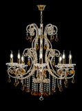 Lustre pour l'intérieur du salon lustre décoré des cristaux et ambre d'isolement sur le fond noir Photos libres de droits