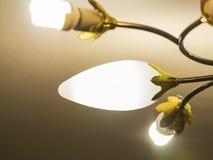 Lustre rougeoyant d'or près du plafond Photo libre de droits