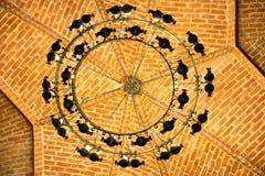 Lustre sur le plafond de brique dans le château image libre de droits