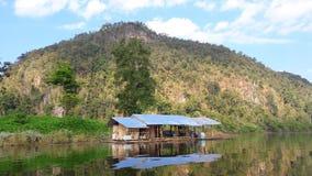 Lustro da pesca locale della casa nell'acqua Mae Ngad Dam e bacino idrico fotografia stock