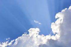 Lustro dei raggi luminosi attraverso la nuvola scura Fotografia Stock
