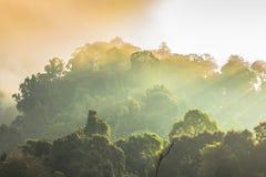 Lustro dorato del cielo comunque la nebbia sopra l'alta montagna Fotografia Stock Libera da Diritti