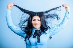 Lustro e maneggevolezza incoraggianti Lustro massimo per bei capelli Fronte castana grazioso di trucco della ragazza della donna  fotografia stock libera da diritti
