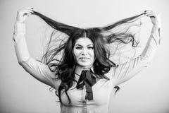 Lustro e maneggevolezza incoraggianti Lustro massimo per bei capelli Fronte castana grazioso di trucco della ragazza della donna  immagini stock libere da diritti