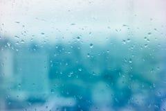 Lustro z deszczem opuszcza w miasta aqua błękitnym brzmieniu Obraz Royalty Free