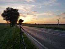 Lustrzana kamera na gabinetowe fotografie asfaltowa droga w atmosferze pomarańczowy zmierzch Piękno natura i romantyczny Zdjęcie Royalty Free