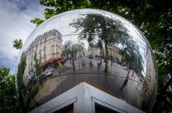 Lustrzana piłka w Paryż zdjęcie royalty free