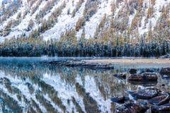 Lustrzana powierzchnia halny jezioro Obraz Stock