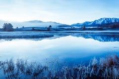 Lustrzana powierzchnia jezioro w halnej dolinie Obraz Stock