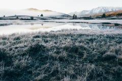 Lustrzana powierzchnia jezioro w halnej dolinie Zdjęcia Royalty Free