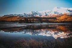 Lustrzana powierzchnia jezioro w halnej dolinie Zdjęcia Stock