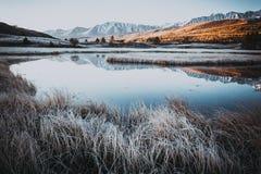 Lustrzana powierzchnia jezioro w halnej dolinie Fotografia Royalty Free