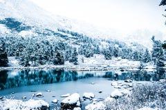 Lustrzana powierzchnia zimy jezioro z pasmem górskim Zdjęcia Stock