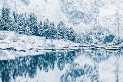 Lustrzana powierzchnia zimy jezioro z pasmem górskim Obrazy Royalty Free