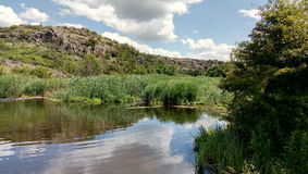 Lustrzana rzeka z niebem w nim Zdjęcie Stock