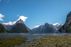 Lustrzani jeziora wzdłuż sposobu Milford Brzmią Zdjęcia Royalty Free