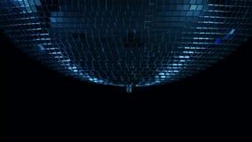 Lustrzany dyskoteki piłki zakończenie up w centrum wir na czarnym tle zbiory wideo