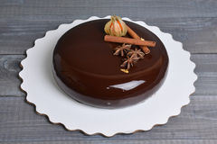 Lustrzany glazerunku czekoladowego mousse tort z dekoracją Fotografia Royalty Free