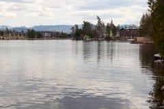 Lustrzany jeziora i gór widok w lake placid mieście Zdjęcia Stock
