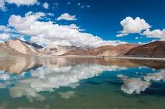 Lustrzany jezioro i chmura Obraz Royalty Free