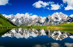 Lustrzany jezioro na tle śnieżne góry Zdjęcia Stock