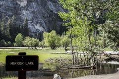 Lustrzany jezioro przy Yosemite parkiem Fotografia Stock