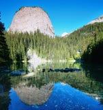 Lustrzany jezioro w Jeziornym Louise terenie Obrazy Royalty Free