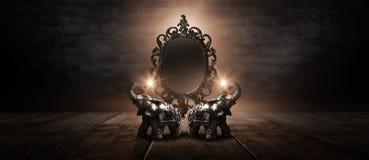 Lustrzany magicznego, pomyślności mówić, i zadość pragnienia Złoty słoń na drewnianym stole fotografia stock